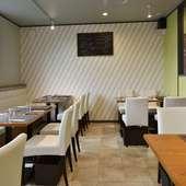 白を基調とした上品で、くつろげる空間が広がるレストラン