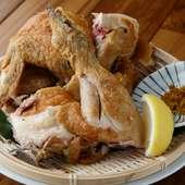 じっくりと焼きあげたジューシィな味わいが魅力の『丸鶏素揚げ』