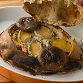 鮑をふんだんに詰め込み、時間をかけて焼き上げた『鮑のパン包み』