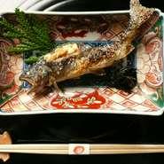 料理人がつきっきりで、囲炉裏でじっくり焼き上げる岩魚塩焼。肉厚で焼き立てほこほこの岩魚を二杯酢でさっぱりお召し上がり下さいませ。