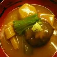 治部煮は加賀料理の冬場の伝統料理。金沢は「鴨肉」を使いますが、私共白山麓は、山間ならではの熊肉や雉肉などを使った治部煮をお作りいたします。