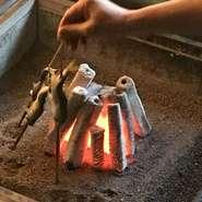 全六室+広間100畳の全室に当屋は囲炉裏が必ずございます。夏は鮎、それ以外の季節は岩魚を、一名様から100名様まで、板場がお焼きさせて頂きます。(お魚の追加・お土産も承ります。)