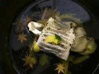 当屋の会席料理の御椀物は、金沢の海の物とはまた違った美味しさがございます。お写真は「岩魚の清汁仕立て」肉厚の岩魚はほっこりと。当屋の地下水を使ったお出しは薄味の優しいお味です。