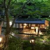 神域にあり、緑の樹々に囲まれた、老舗の料理旅館