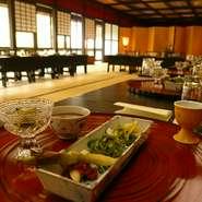 白山ヒメ神社様の境内にございます。駐車場は50台。広間は100畳(イステーブル60名様、ご膳は100名様)