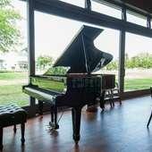 ピアノの生演奏やミニコンサート。甘美なメロディに酔いしれる