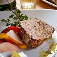 いろいろな部位の肉をミンチ状にして蒸し焼きにした一品です。部位によって変わる様々な肉の味・食感を一度に味わうことができます。お好みでマスタードを付けてお召し上がりください。