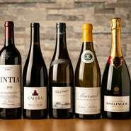 産地やブドウの品種に偏りがないよう配慮しながら、幅広い銘柄がラインナップされています。ソムリエが厳選するワインは、常時60種類ほど。ボトルオーダーに加え、グラスワインも揃い、ペアリングも気軽に試せます。