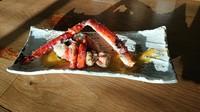 タラバガニ一本または毛蟹半身を鉄板焼でお焼きします。 生姜風味のオランデーズソースでお召し上がりください。