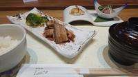 国産の鰻と蟹(毛蟹又はタラバガニ)が一緒に召し上がれるコースです。  前菜、鰻の鉄板焼、季節のスープ、蟹の鉄板焼、選べる季節の焼き野菜、黒毛和牛ステーキ ランプ&ロース、 お食事、デザート   全9品