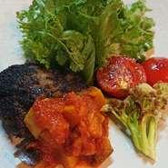 和牛のハンバーグに小鉢、焼き野菜、白飯、赤出汁の付いたお得なランチです。  別料金(300円)で白飯をガーリックライスに変更出来ます。