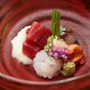 高級ホテルの鮨店で長年活躍した嶋倉聖起さんが独立。築地で仕入れるその時々の最高食材を用い、旨い酒肴と握りを繰り出しています。昼・夜ともシーンに応じた3種のコースがあり、大切な接待や会食にぴったりです。