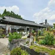 美味しい料理を心から味わうには雰囲気も大切。【古民家ファンタジア】は、ノスタルジックな佇まいが特徴。那須高原の豊かな自然も堪能できます。