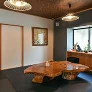 しっとりした雰囲気の座敷も用意。自然の木目が美しく、重厚感あふれるテーブルが使われています。