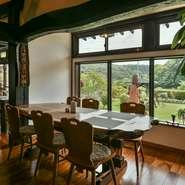 窓が大きいので、美しい眺望が楽しめます。四季折々の移ろいを感じながら、美味しい料理をいただくのは至高のひととき。