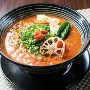 自家菜園で育てた新鮮なトマトを使った、濃厚かつ爽やかな味わいのラーメン。スープまで完食必至です。