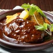後味が軽く、かつ濃厚。牛スジ、玉ねぎ、人参、トマト、ガーリックを1週間煮込んだデミグラスソースを使用。洋食の命ともいえるソースには徹底的にこだわっています。