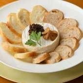 大人気メニューの『カマンベールチーズの鉄板焼き』