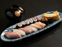熟練の鮨職人の磨き抜かれた技が光る『雅~みやび』で厳選仕入れの魚貝を使った、上質な鮨を味わう