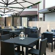 お客様が食事を楽しむテーブルには、爽やかな空気が楽しめるテラスも用意しています。開放感あるステキなテラスで、レストランウエディングや結婚式の二次会など最高の思い出を残してみるのはいかが。