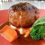 (+220yen) ヘルシーで女性に人気の鴨肉。 鴨肉の中でも、香り高く上品なうま味を特徴とする山形県産の大蔵村最上鴨をじっくり低温で焼きあげ、赤ワインビネガーと柑橘、フォンドヴォーのソースで仕上げました。