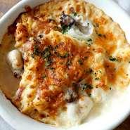 子羊と芽キャベツや菜の花、子カブ、新じゃがいも、新玉ねぎなどの春野菜、ミルポア(にんじん、玉ねぎ、セロリなどの香味野菜)をトマトで煮込んだ料理。クスクス入り。