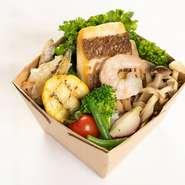 そのときどきの鮮魚をカリッと香ばしくグリルし、ラタトゥユと新鮮野菜と一緒に盛り込みました。旬のお魚とお野菜が一気に食べられる旨味たっぷりのライスBOX。玄米入りご飯でヘルシーに。 ※1人前目安となります