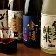オーナーがアンテナを張り巡らせて、通好みの味から流行りの一本まで幅広く仕入れています。15席ほどのお店とは思えないほど、老若男女問わず納得の日本酒が揃っています。