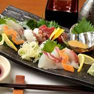 料理人の目利きによって仕入れた魚介を楽しめます。その日水揚げされているものばかりなので、鮮度の良さはお墨付き。