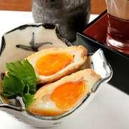 じっくりと味の含ませた油揚げの中には、半熟卵が丸々ひとつ。口に含めば甘辛い出汁がじゅわりと染み出し、卵を優しく包み込んでくれます。手を加えすぎない美味しさが、ここにあります。