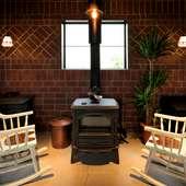 薪ストーブのショールームを兼ね備えた、新しいスタイルのカフェ
