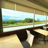 大きな窓ごしに楽しむ四季折々の自然美