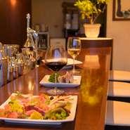 料理やお酒についてスタッフと語らいながら楽しめるがカウンター席のよいところ。カップルや少人数ならこちらもおすすめです。