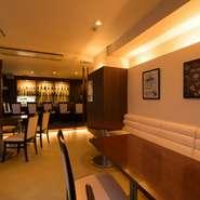 ラウンジ風のソファー席も用意されているので、ゆったりとくつろいで料理やお酒を楽しむことができます。