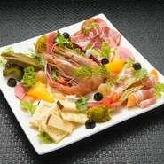 目にも鮮やかな前菜のプレートはボリュームも十分。さまざまな食材を一度に楽しめるとあって、リピーターには大人気のメニューです。