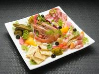 いろいろな味わいが楽しめる『本日の前菜盛り合わせ』