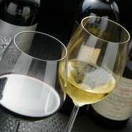 お料理の美味しさを引き立てることができるお酒にこだわっています。ワインは、その日のスペシャルなものがある場合もありますので、ぜひお声がけください。