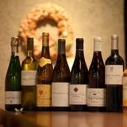 フランス産を中心に、ヨーロッパ・ニューワールド・日本など世界の上質ワインがずらり。グラスは日替わりで8種が登場し、シャンパーニュをグラスで気軽に愉しめるのも◎。天ぷらとのマリアージュは驚きの食体験に。