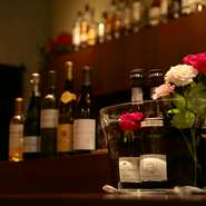 オーナーが選りすぐったワインバーならではのウイスキーやブランデーなども豊富。ウイスキーはワイン樽で寝かせた銘柄のみ。ソーテルヌ、サッシカイア樽フィニッシュなどの銘酒が集います。
