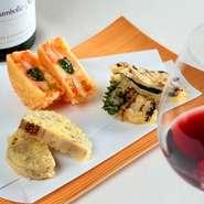 多彩なワインに合うアイデア満載の天ぷらが多数。トマト・モッツァレラ・バジルの『カプレーゼ』バルサミコ酢をきかせた『豚肉の大葉巻』粒マスタード入り『れんこん』など初めて出会う味とペアリングの妙に酔えそう