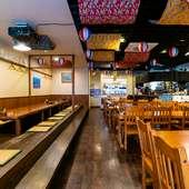 美味しい沖縄料理と地元のお酒を囲んで、にぎやかなひととき