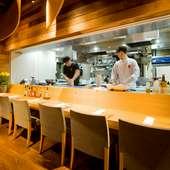 オープンキッチンから、客の様子に心を配り、料理に反映