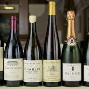フランス産を中心に、豊富に用意されたワインの数々。お客さまのご要望に合わせた1本や、コースに合わせたペアリングの提案も行ってくれます。お気軽にスタッフまでお声掛けを。