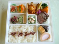 レストランで提供しているのお料理の数々 コース料理が盛り込まれた彩鮮やかなお弁当 になっております。