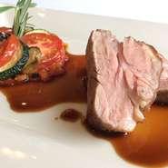 仔羊の肩ロース肉を炭火で香ばしく焼き上げ、燻製の香りを纏わせます。ソースにも燻した芳香が漂い、南仏ラタトゥイユとともに熱い夏でも食欲をそそるひと皿に。芳醇な香りの赤ワインと合わせてお楽しみ頂けます。