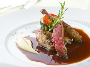 新鮮な「野菜」やフランス産「仔鳩」等、こだわりの食材を仕入れ