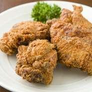 豚肉を自家製しょうゆ糀に漬け込んで発酵熟成させた串焼き。あっさりしながら脂の甘みが強い米沢産天元豚を使っています。柔らかさと濃厚な味はリピーターも多く、売り切れることもある人気の一品です。