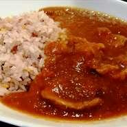 味噌と酒粕が入った発酵カレーです。 野菜が溶け込み豚スジ肉がプリプリのコク旨カレー。