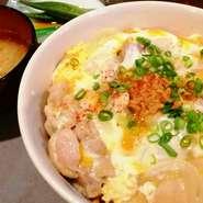 自家製しょうゆ糀に漬け込んだ鶏肉を使用した発酵親子丼です。 カツオと糀の香りが食欲をそそります。