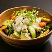 ササミも入って食べ応え十分。たっぷり野菜をいただける『ササミとアボカドのバジルソースサラダ』